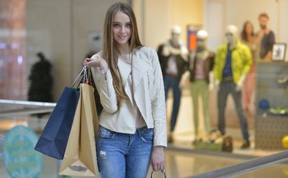 かっこよくショッピングバッグをもつ女性客