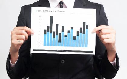 グラフを持つ男性の写真