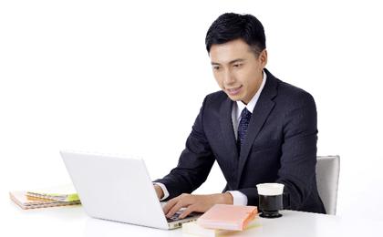 パソコン作業をする男性ビジネスパーソンの様子