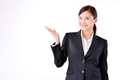 微笑むスーツ姿の女性の写真
