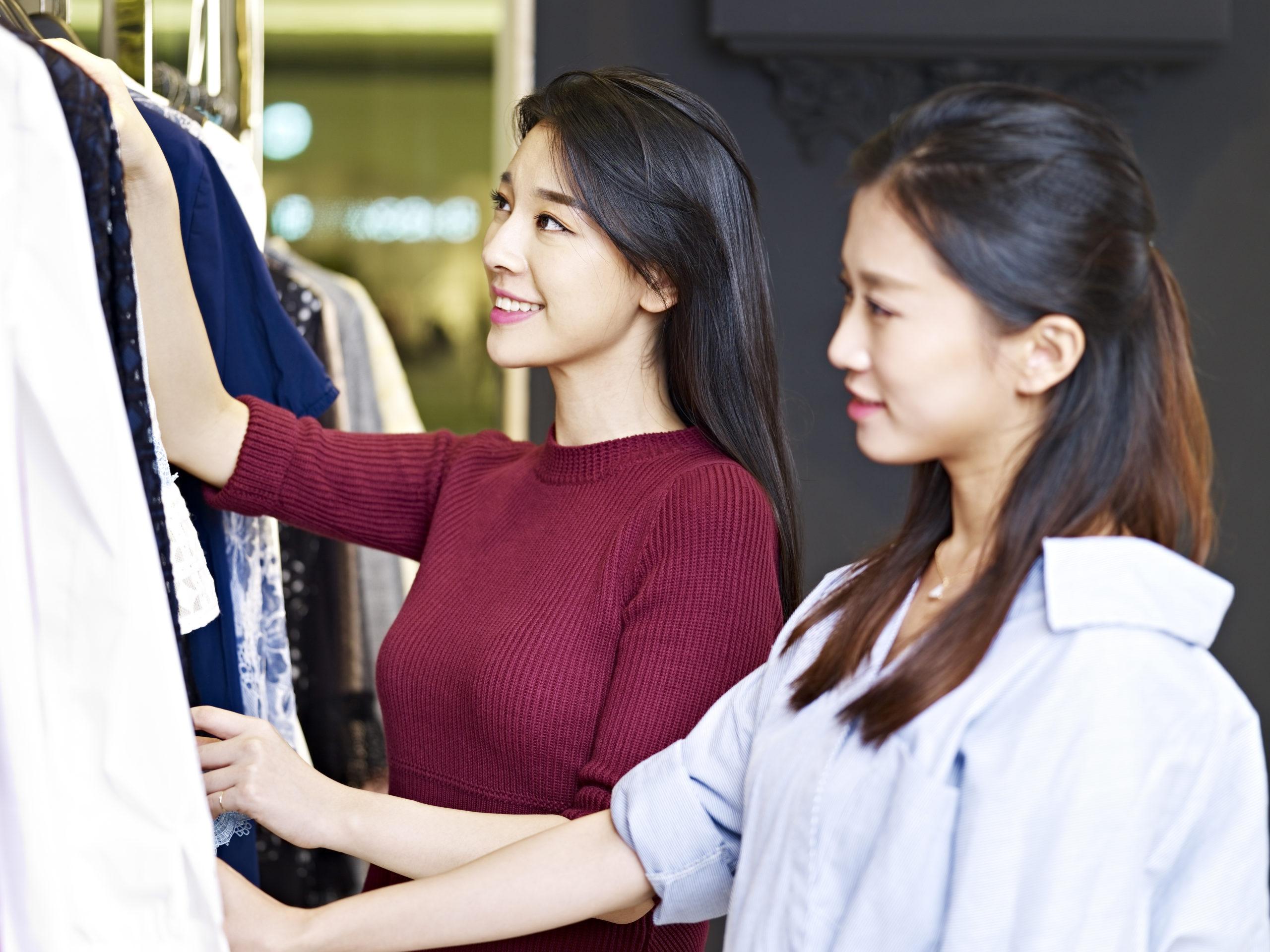 服を選ぶ女性たちの写真