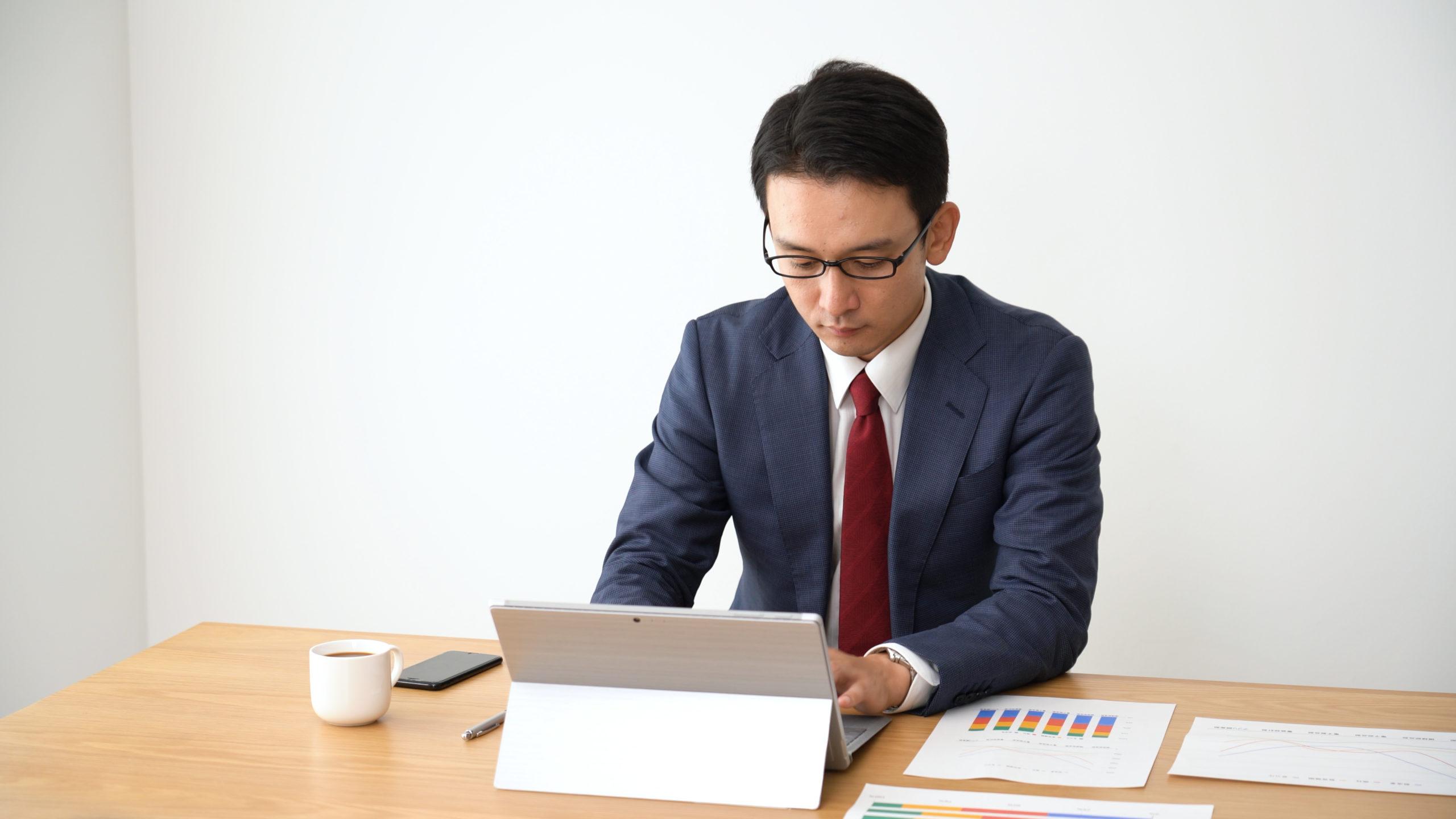 ノートパソコンでタイピングをするビジネスマン
